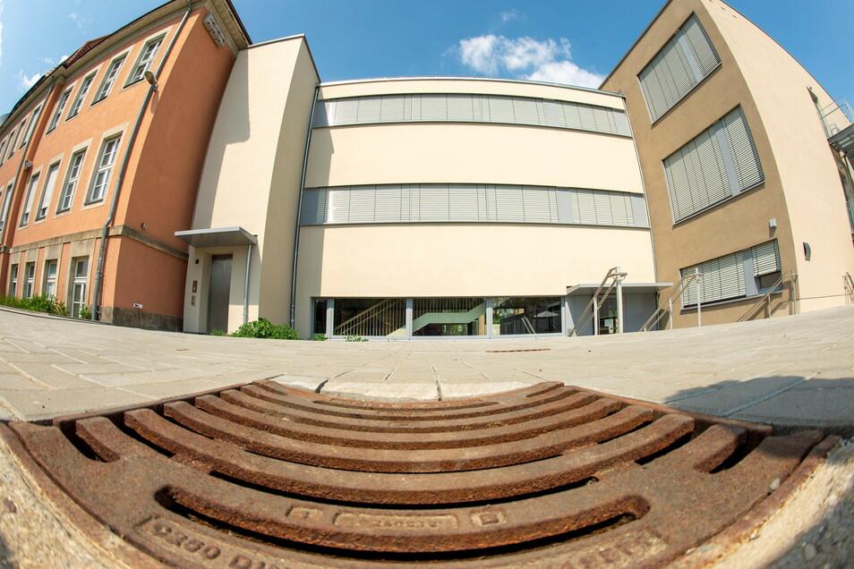 Ein Verbindungsbau verknüpft das denkmalgeschützte Gebäude mit Grundschule und Hort mit dem Neubau für die Oberschüler.