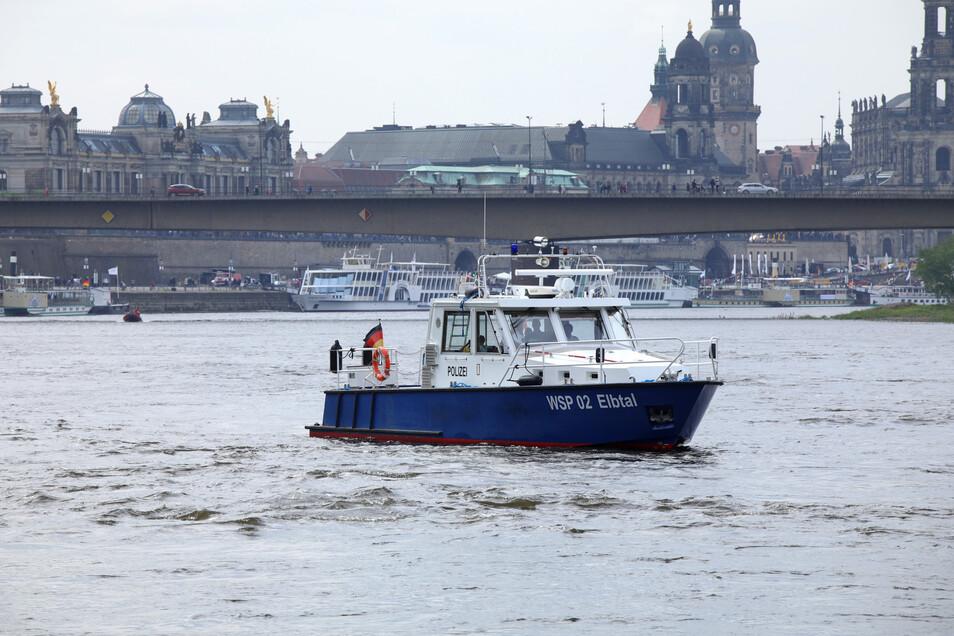 Beamte der Wasserschutzpolizei suchen nach dem Verschwundenen.