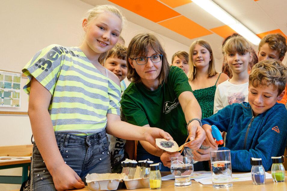 Katrin Poike vom Naturschutzzentrum Neukirch führte jetzt mit Viertklässlern der Grundschule Großpostwitz ein Umweltprojekt zum Thema Wasser durch. Nach einem Vierteljahr Pause sind solche Veranstaltungen nun wieder möglich.