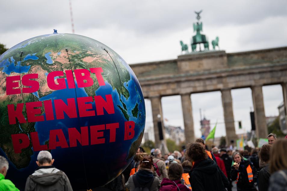 Eine Erdkugel steht beim Klimastreik  am 20. September vor dem Brandenburger Tor.