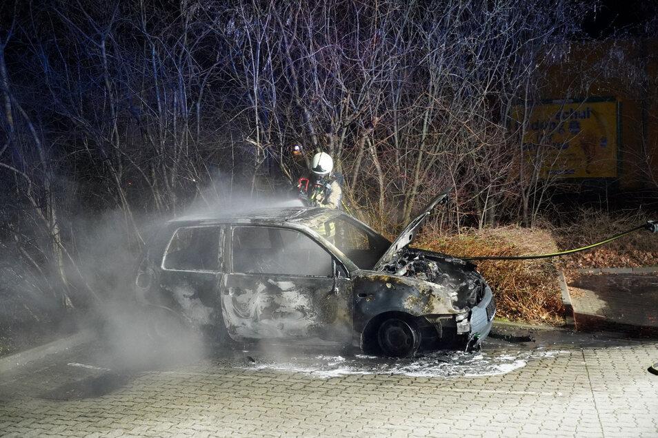 Auf dem Bautzener Roller-Parkplatz brannte in der Nacht zu Freitag ein Seat Arosa.
