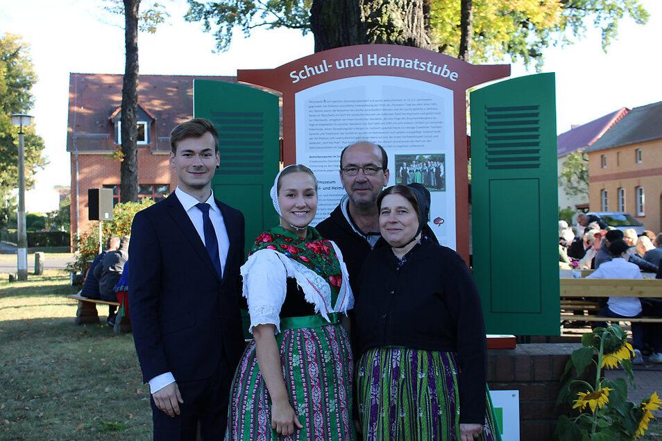 Familie Petzer aus Tätzschwitz vor der enthüllten Info-Tafel. Die Familie beteiligte sich anlässlich des 20-jährigen Bestehens der Schul- und Heimatstube am Trachtenumzug und unterstützt auch sonst die Aktivitäten dieser Einrichtung.