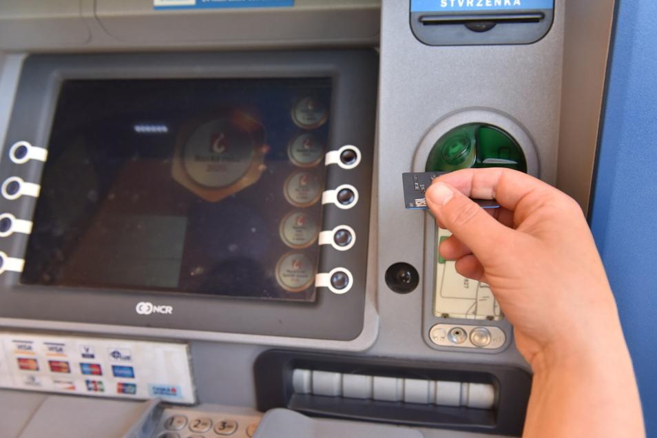 Geldautomat am Rathaus von Dubí nahe Zinnwald. Abheben mit oder ohne Umrechnung?