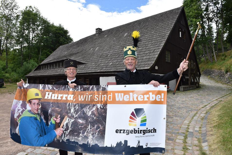 Altenbergs Bürgermeister Thomas Kirsten (re.) und der Leiter des Bergbaumuseums Christoph Schröder strahlen. Geschafft – endlich Welterbe!