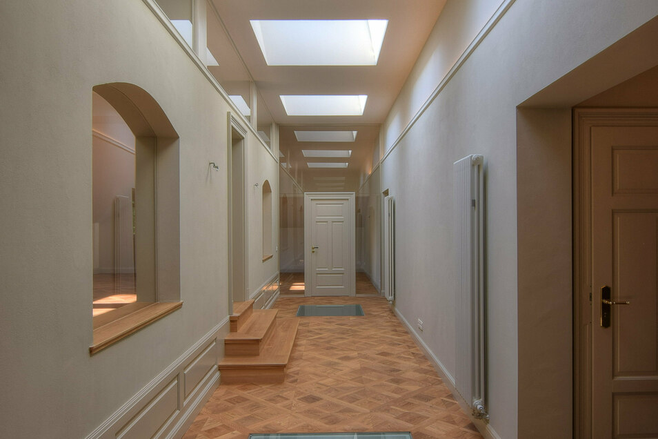 Alte Architektur und moderne Raumnutzung - neue Oberlichter bringen viel Tageslicht ins Innere der Villa.