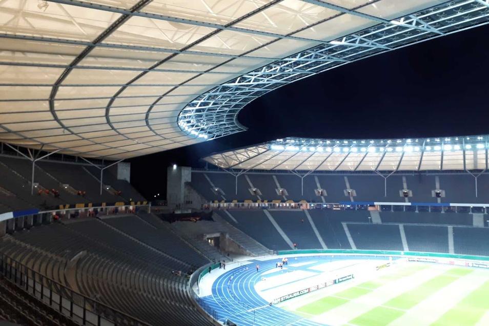So sieht es vor dem Einlass im Berliner Olympiastadion aus ...