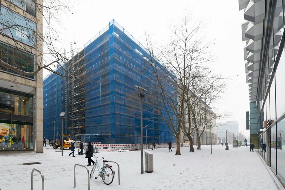 Die Wöhrl-Plaza auf der Prager Straße 8 ist jetzt von Gerüsten umschlossen.