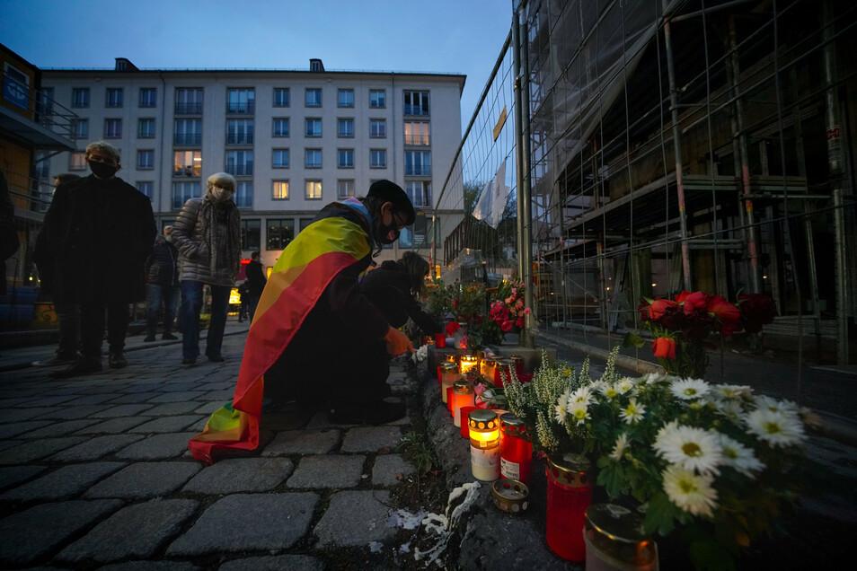 Am Tatort in der Schloßstraße wurden nach der Mahnwache Gedenkkränze abgelegt. Dabei schnitt ein Unbekannter die Schleife an einem AfD-Kranz ab.