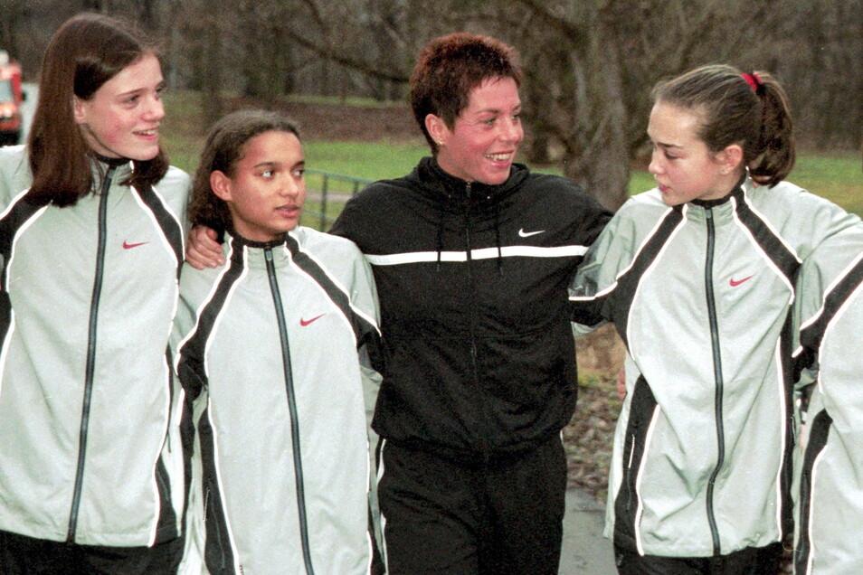 Europameisterin Grit Breuer (M.) gründete 1999 eine Sprint- und Laufschule bei ihrem Verein SC Magdeburg. Die Talentschmiede orientiert sich am Training zu Zeiten der Kinder- und Jugendsportschulen (KJS) in der DDR.