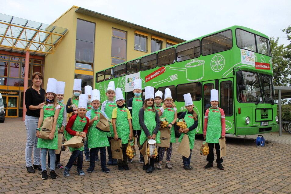 Der Kochbus vor der Grundschule Nünchritz mit Schülern der Klassen 3a und 4a, Koch Martin Schneider und Lehrerin Anett Püschel.