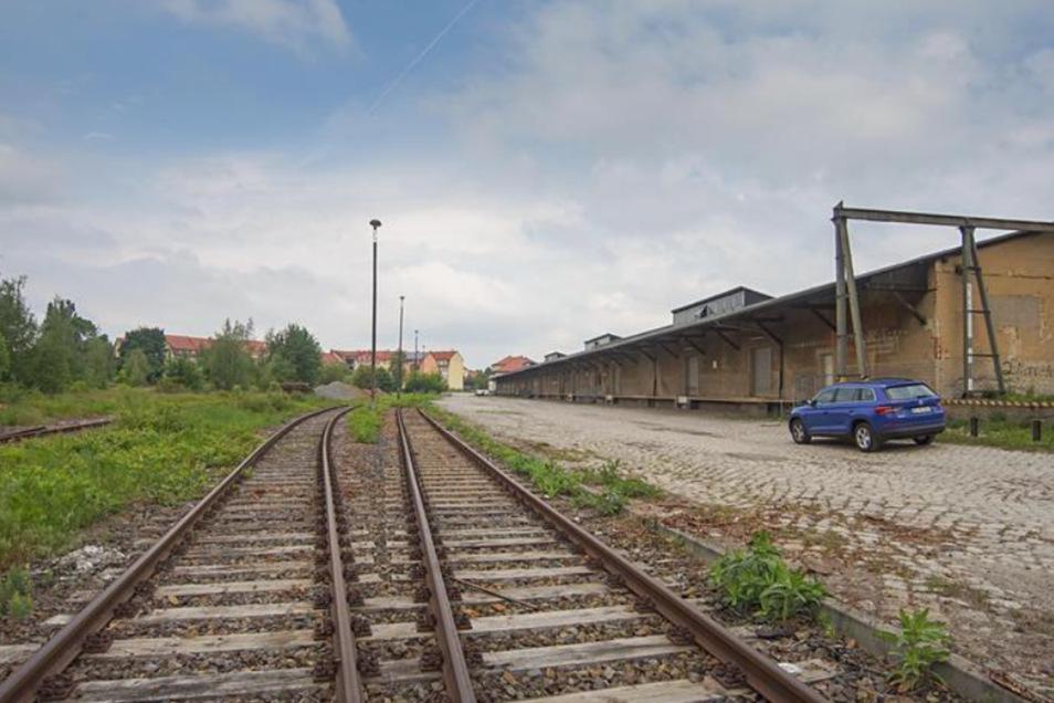 Im Gleisbereich am Bautzener Güterbahnhof wurde nach einem Geocache gesucht.