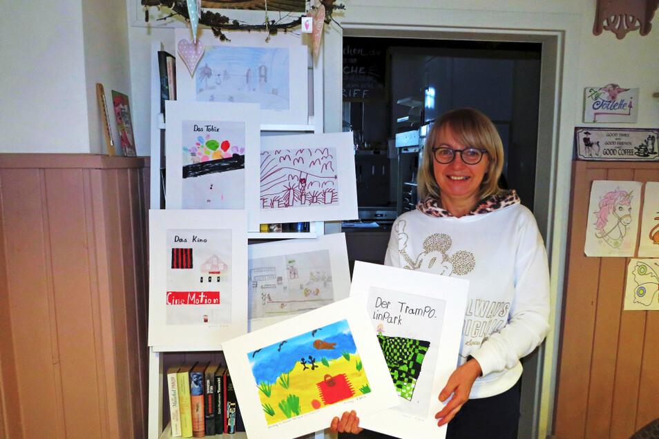 Sylvia Hübner mit einer Auswahl der eingereichten Kunstwerke. Der Kindermalwettbewerb läuft noch bis Ende Februar.