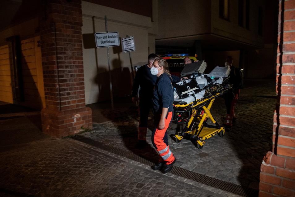 Sanitäter verlassen das Gelände des Oberlinhauses. In einem Wohnhaus sind vier Leichen gefunden worden.