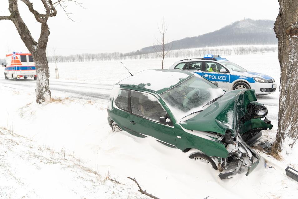 Bei Görlitz kam ein junger Mann mit seinem Auto von der Straße ab und prallte gegen einen Baum.