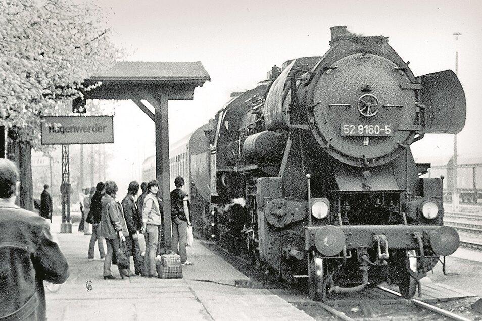 Zahlreiche Jugendliche warteten 1984 auf den einfahrenden Personenzug aus Zittau mit seiner Dampflok.