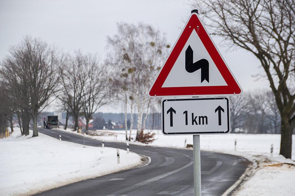 Aus dem jetzigen Zick-Zack-Kurs der Kreisstraße soll eine abgeflachte Kurve werden.