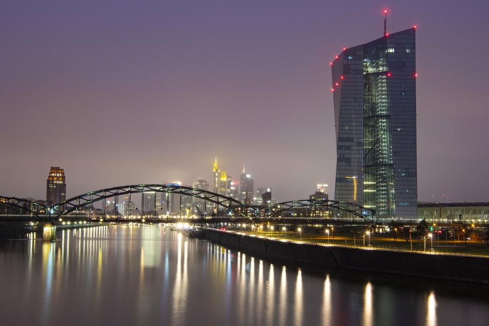 Die Europäische Zentralbank entscheidet sich vorerst gegen eine weitere Verschärfung des Anti-Krisen-Kurses.