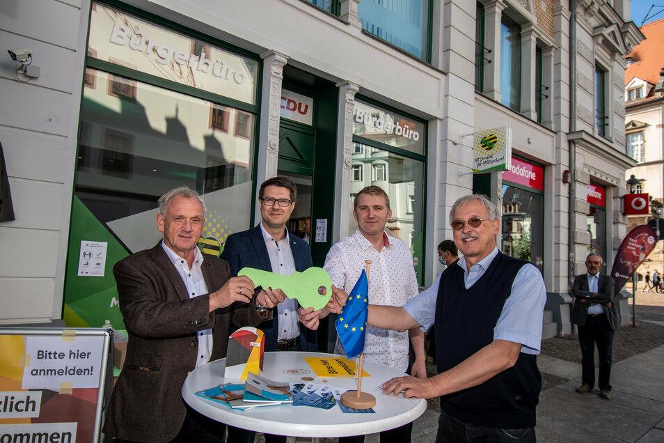 Peter Jahr (von links), Sven Liebhauser, Ingo Kutsch und Rudolf Lehle haben das Bürgerbüro in Döbeln eröffnet.