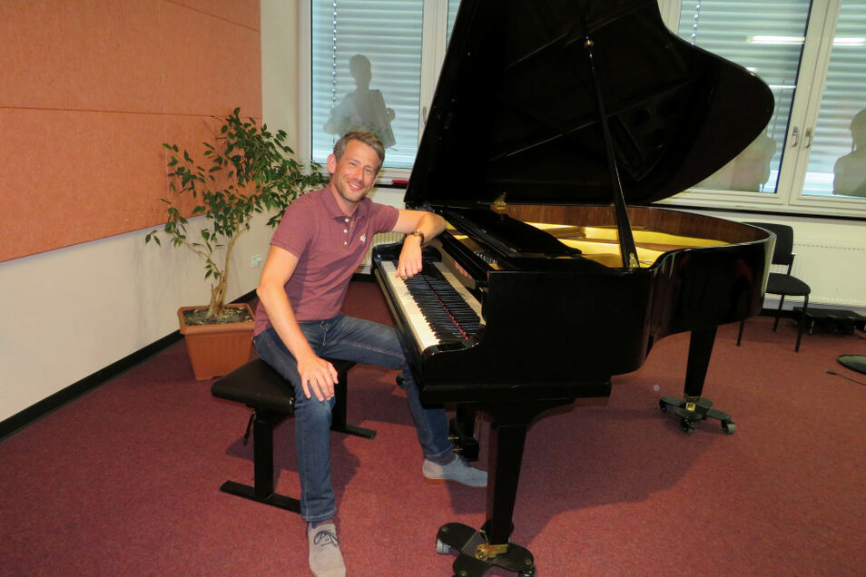 Nik Kevin Koch ist der neue Musikschulleiter in Hoyerswerda. Momentan arbeitet sich der 40-Jährige noch ein, bevor das neue Schuljahr beginnt.