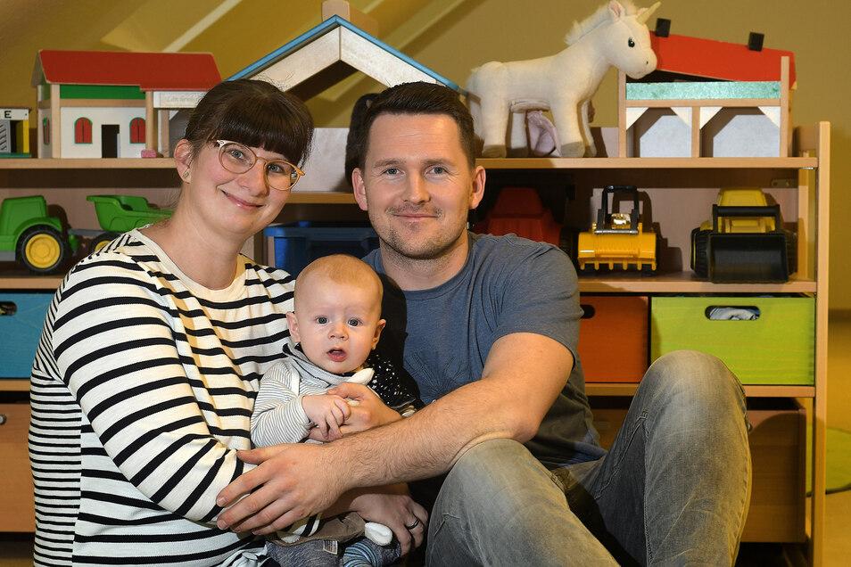 Franziska und Benjamin Dinor mit ihrem vier Monate altem Henry aus Kiebitz beim Babyempfang in Ostrau.