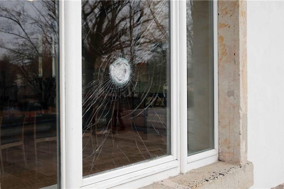 Dabei wurden drei Fenster beschädigt.