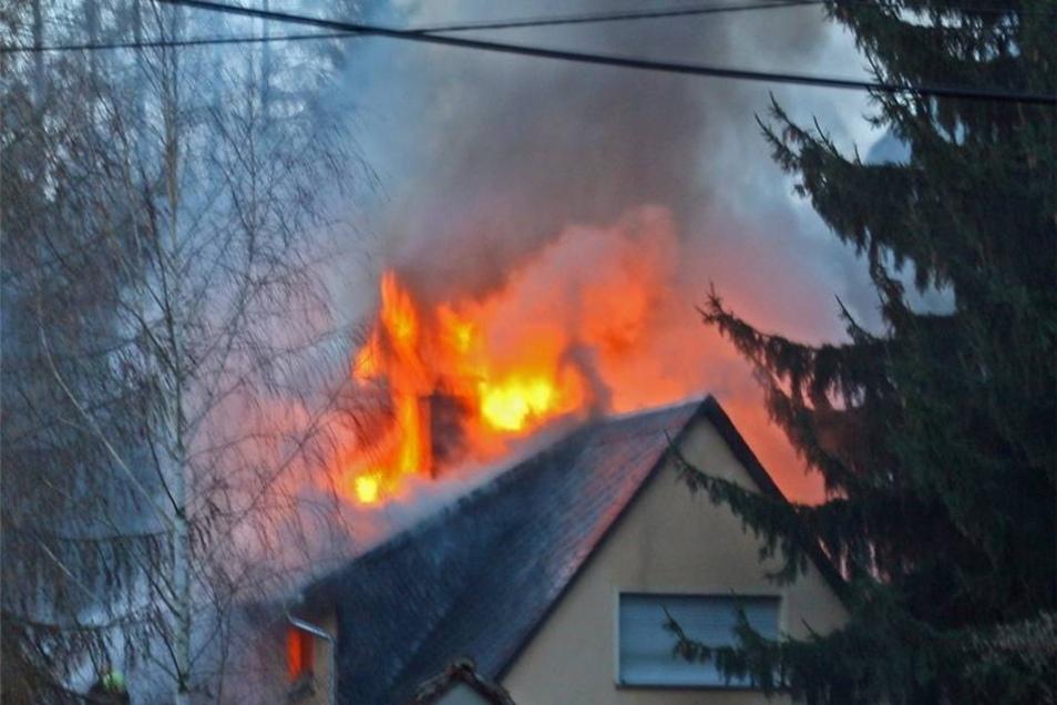 Vor dem Eintreffen der Einsatzkräfte loderten hohe Flammen aus dem Dach des Gebäudes.
