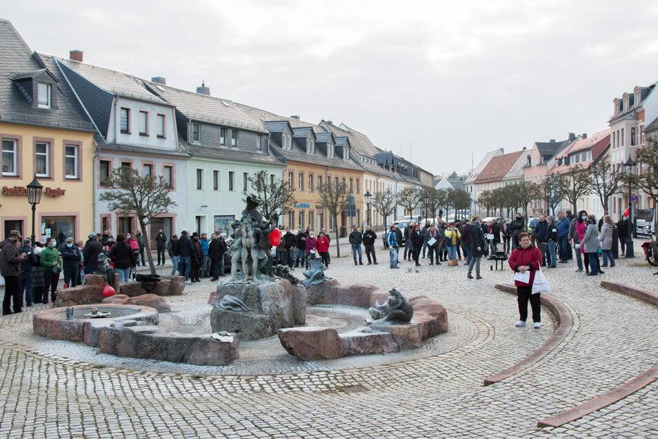 Wie hier vor zwei Wochen (19. April) trafen sich auch diesen Montag etwa 130 Menschen auf dem Harthaer Marktplatz.