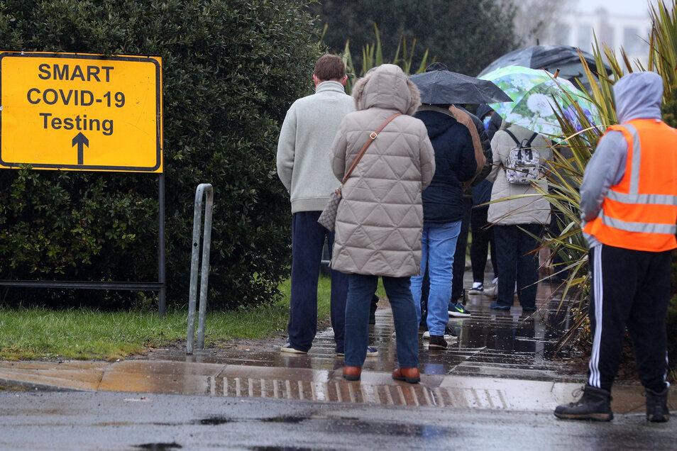 Menschen stehen im britischen Southport Schlange für einen Corona-Test. Auf der Insel ist Delta bereits die vorherrschende Virusvariante.