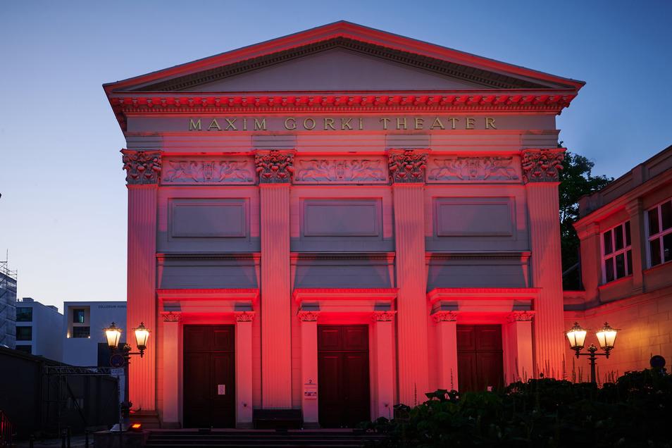 Und in Berlin ist unter anderem das Maxim-Gorki-Theater rot beleuchtet.