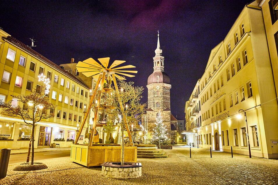 Taghell mitten in der Nacht: Der Markt in Bad Schandau erstrahlt zur Weihnachtszeit - auch dank der großen Pyramide.