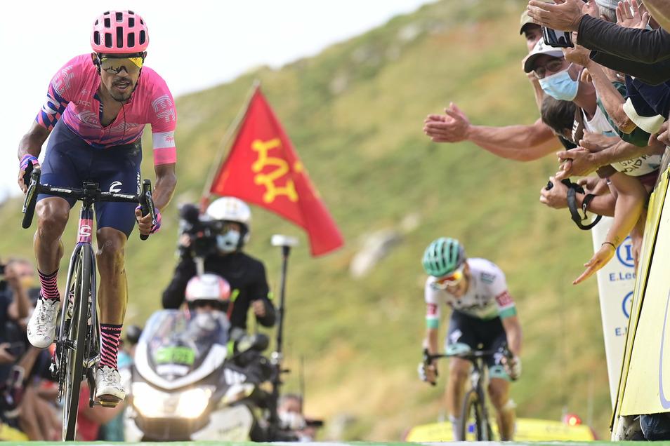 Lennard Kämna (rechts) verausgabt sich im Bergsprint völlig und fährt mit schmerzverzerrtem Gesicht doch am Etappensieg vorbei. Den holte sich der Kolumbianer Daniel Felipe Martinez (links).