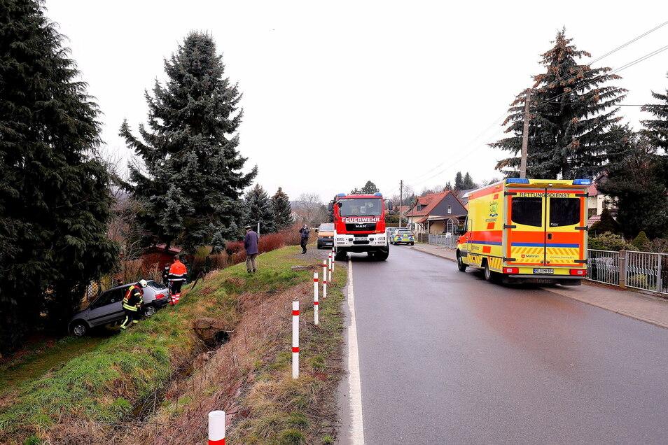 Polizei, Feuerwehr und Rettungskräfte durchsuchten die Umgebung nach der Fahrerin des Unfallautos.