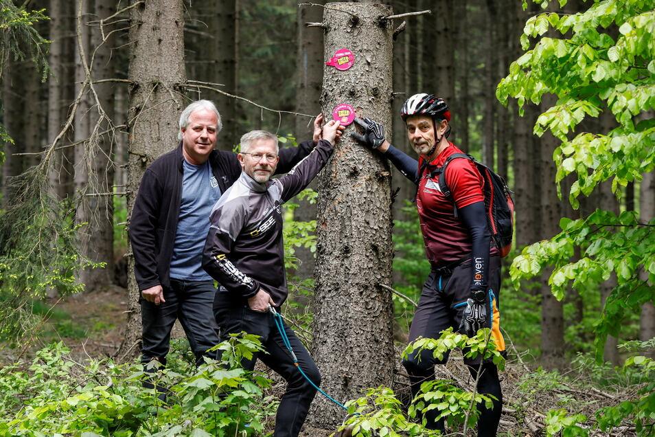 Die erste neue Plakette zur dauerhaften Ausschilderung der X-Terra-Strecke haben Peter Pachl vom Naturpark, Klaus Schwager von der O-See Challenge und Andreas Kittel vom Alpenverein (v.l.) gemeinsam angebracht.