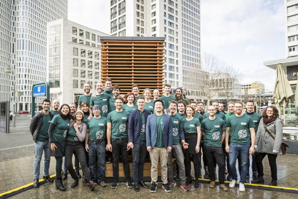 25 Angestellte hat das Startuo mittlerweile. Hier stehen die Mitarbeiter vor einem City Tree vor dem Einkaufszentrum Bikini Berlin in der Nähe des Kurfürstendamms.