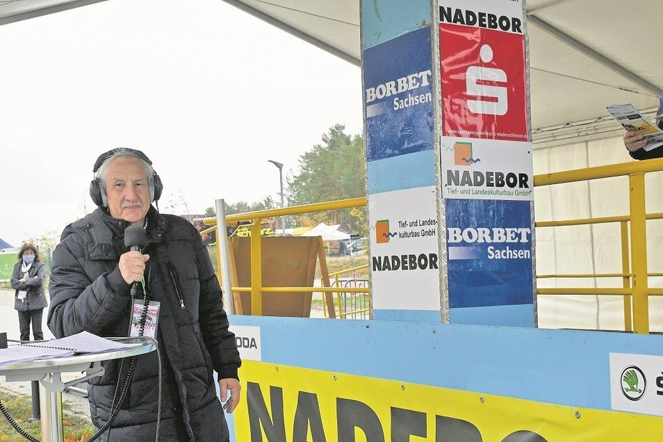 Alfred Gorny moderiert während der Starts am Touristinformationszentrum.