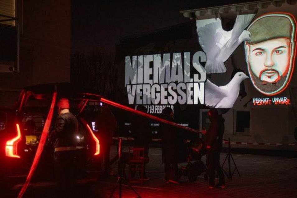 Vor einer Shisha-Bar in Bruchköbel bei Hanau versammelten sich zum Jahrestag des Attentats von Hanau eine Gruppe von Betroffenen, um an den rassistischen Mord zu gedenken.