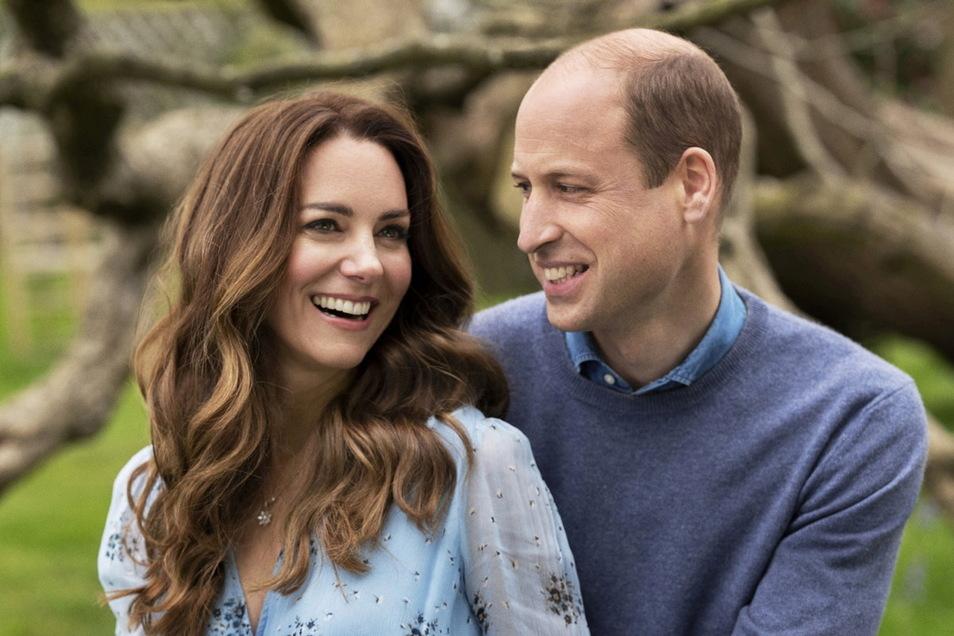 Prinz William, Herzog von Cambridge, und seine Frau Kate, Herzogin von Cambridge, am Kensington Palace anlässlich ihres 10. Hochzeitstags.