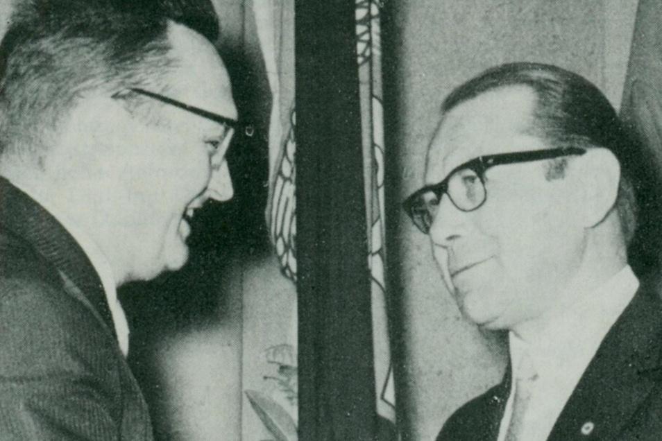 Nationalpreisträger Prof. Hans Joachim Hildebrand (rechts) wird 1969 durch Prof. Gießmann, Minister für Hoch- und Fachschulwesen der DDR, zum Rektor der Ingenieurhochschule für Energiewirtschaft Zittau ernannt.