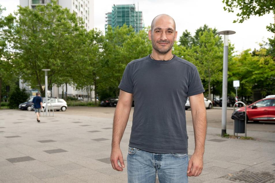 Mike Siriani (41) am Prohlis-Einkaufszentrum, er wohnt in dem Viertel seit drei Jahren.