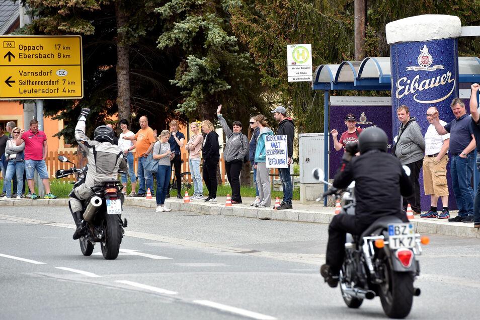 Entlang der B96 haben sich am Sonntagvormittag - wie hier in Eibau - Hunderte zu einer Menschenkette aufgereiht, um gegen die Corona-Beschränkungen zu demonstrieren.