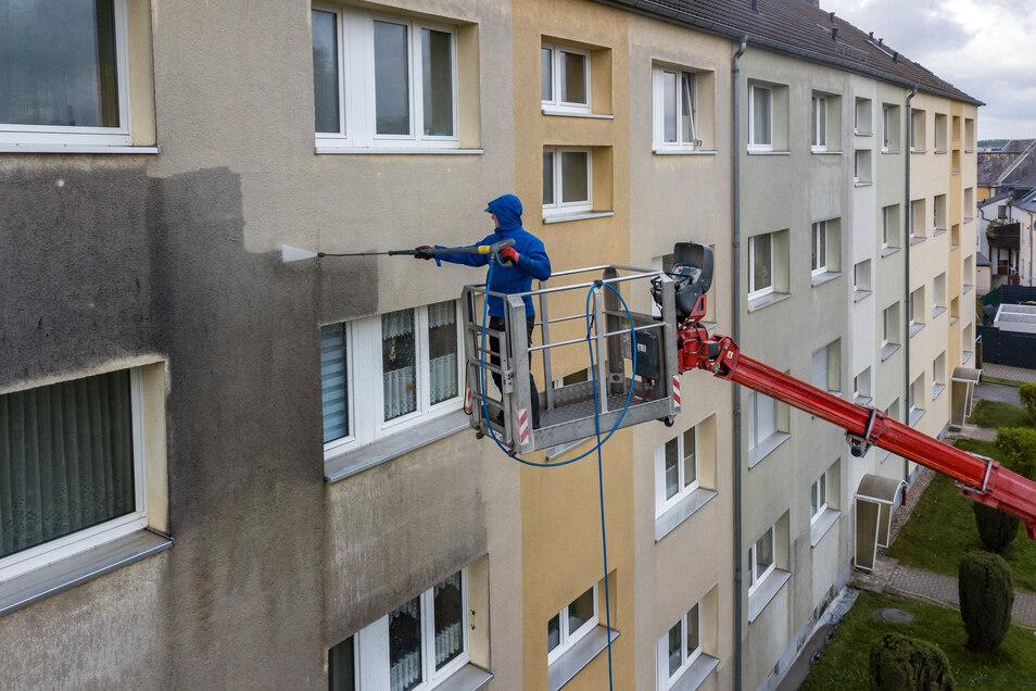 Mitarbeiter der Firma Farbnuance aus Pirna reinigen die Fassade des Wohnblocks Bahnhofstraße 71 bis 81 in Waldheim. Dabei wenden sie ein selbst entwickeltes und umweltschonendes Verfahren an.