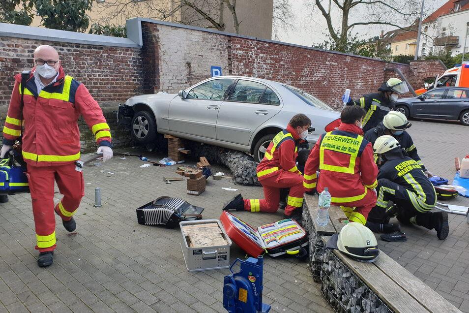Ein Auto hat auf einem Parkplatz in Mühlheim/Ruhr mehrere Passanten erfasst.