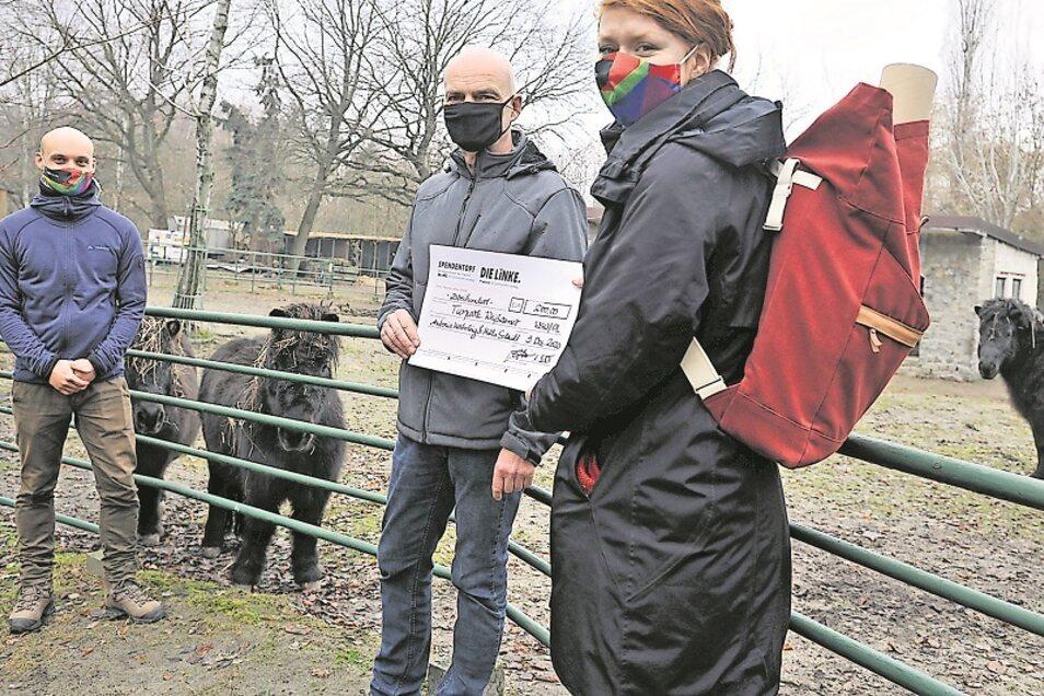 Vor wenigen Tagen übergaben Antonia Mertsching (re.) und Marko Schmidt (li.) an Gerd Emmrich eine Spende für den Tierpark Weißwasser. Der sucht weitere Unterstützer.