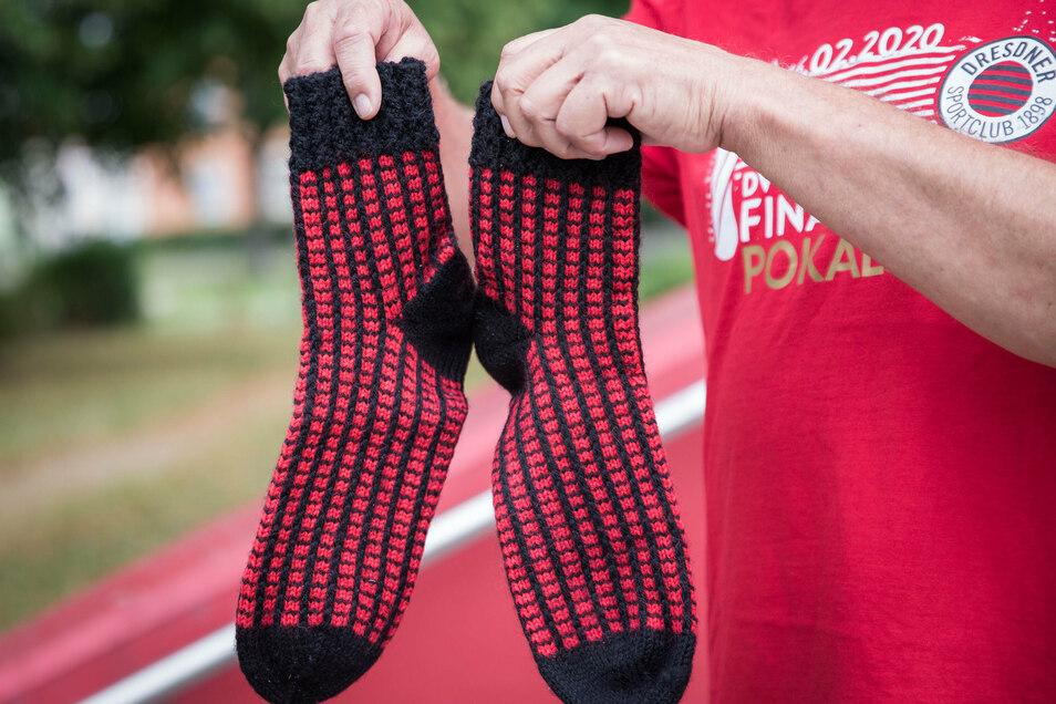 """Ein ganz besonderes Andenken: Selbstgestrickte Socken von Piia Korhonens Familie - natürlich in den Vereinsfarben des Dresdner SC. """"Das Geschenk hat mich extrem gerührt"""", sagt Atze."""