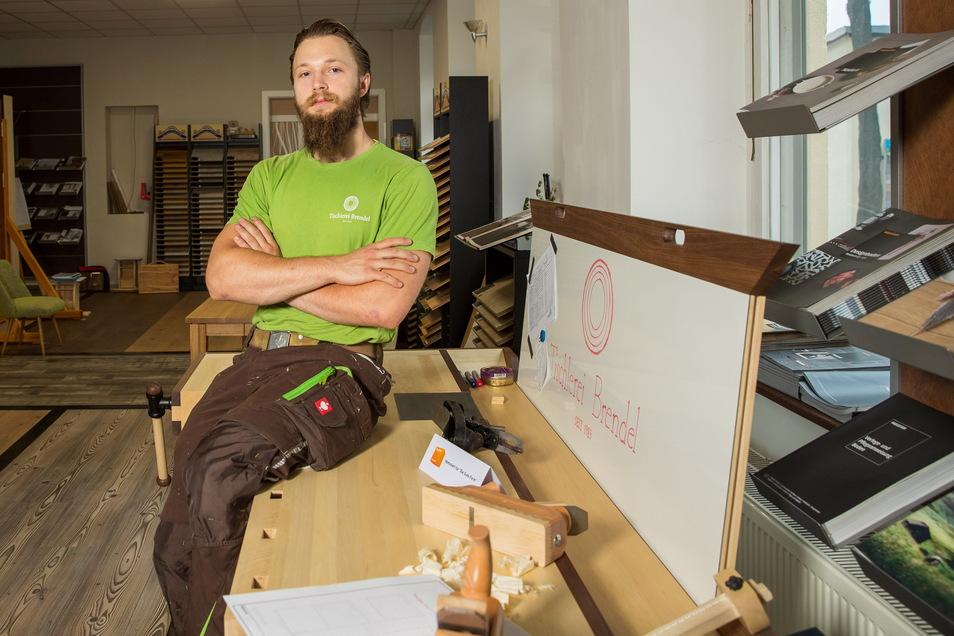 Hat viel an seinem Gesellenstück getüftelt und über 120 Stunden Arbeit hineingesteckt: Tom Figas (19) von der Meißner Tischlerei Brendel sitzt auf seiner sehr speziellen Hobelbank.