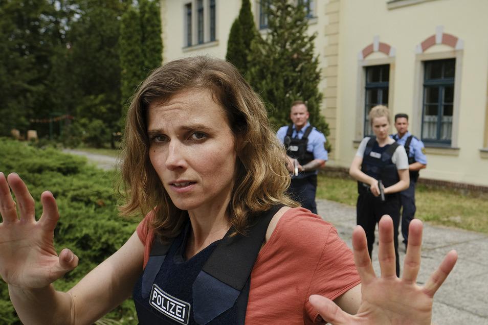 Kritischer Einsatz im Kinderheim: Kommissarin Karin Gorniak (Karin Hanczewski) und Kollegin Leonie Winkler (Cornelia Gröschel) haben es mit einem unfreiwilligen Geiselnehmer zu tun.
