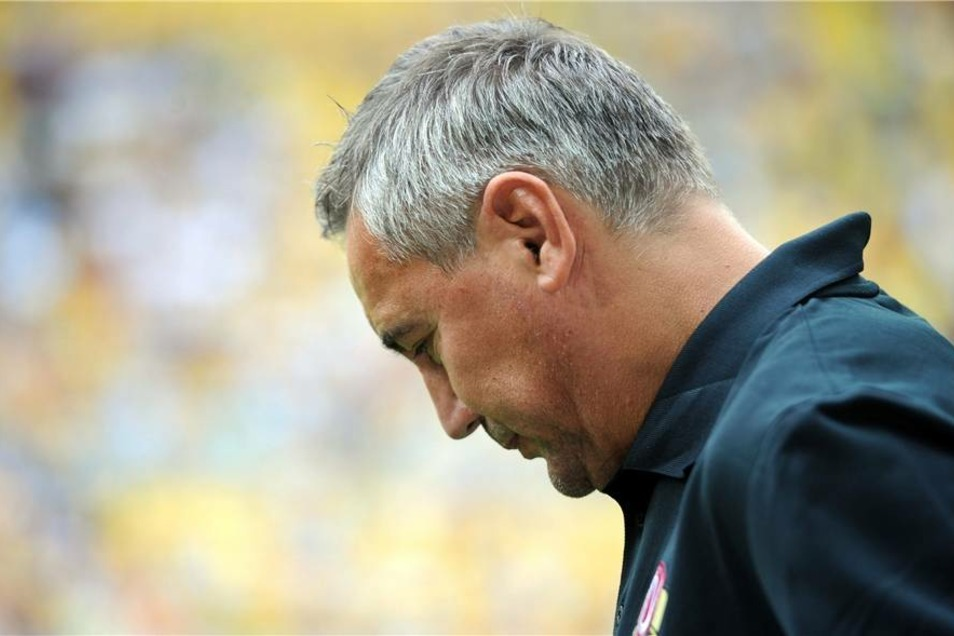 Dynamo-Trainer  Peter Pacult ahnte es wohl schon: Sein Team verlor das Heimspiel.