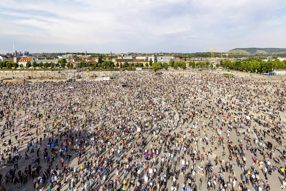 In Stuttgart trafen sich am 9. Mai mehrere Tausend Menschen, um gegen die Corona-Maßnahmen zu demonstrieren.