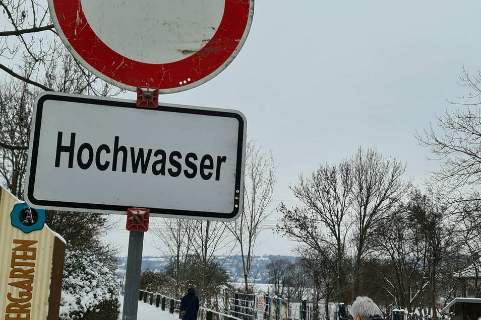 Schilder vor den Elbdeichen in Radebeul (Foto), Meißen und Riesa warnen Spaziergänger davor, zu dicht ans Wasser in die Elbwiesen zu gehen.