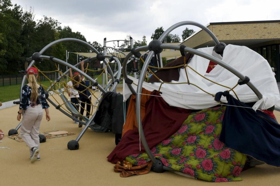 Auf dem Spielplatz im Gelände des Schulkomplexes sind die Horterzieherinnen für Eltern telefonisch nicht erreichbar. Mit einem einstimmigen Beschluss hat der Gemeinderat jetzt für Abhilfe gesorgt.